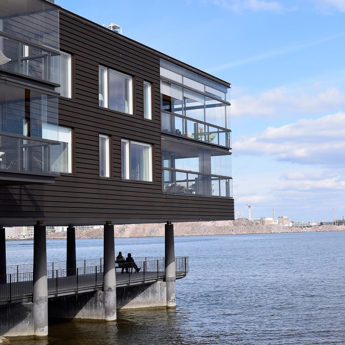 Merenkulkijanranta on rakennettu osittain meren päälle.