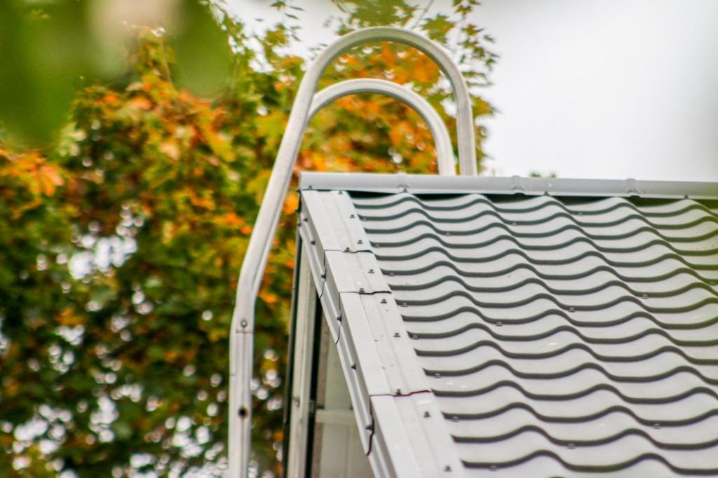 Maalatuissa peltikatoissa katteen ikää voidaan jatkaa säännöllisillä huoltomaalauksilla.