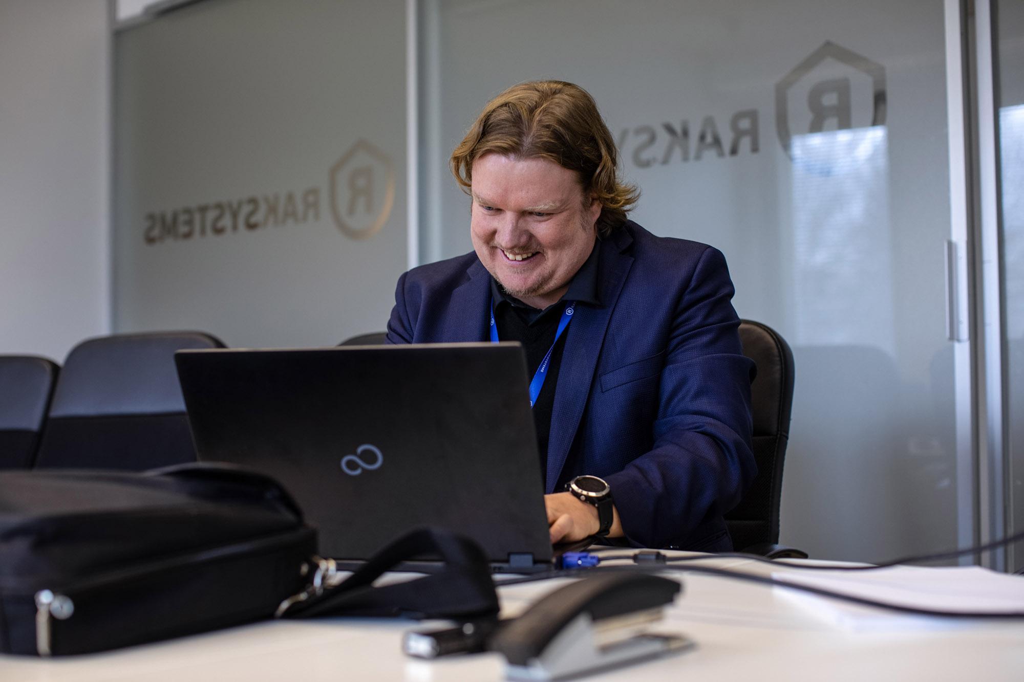 Raksystemsin johtava energia-asiantuntija Antti Hatsala toimistolla.