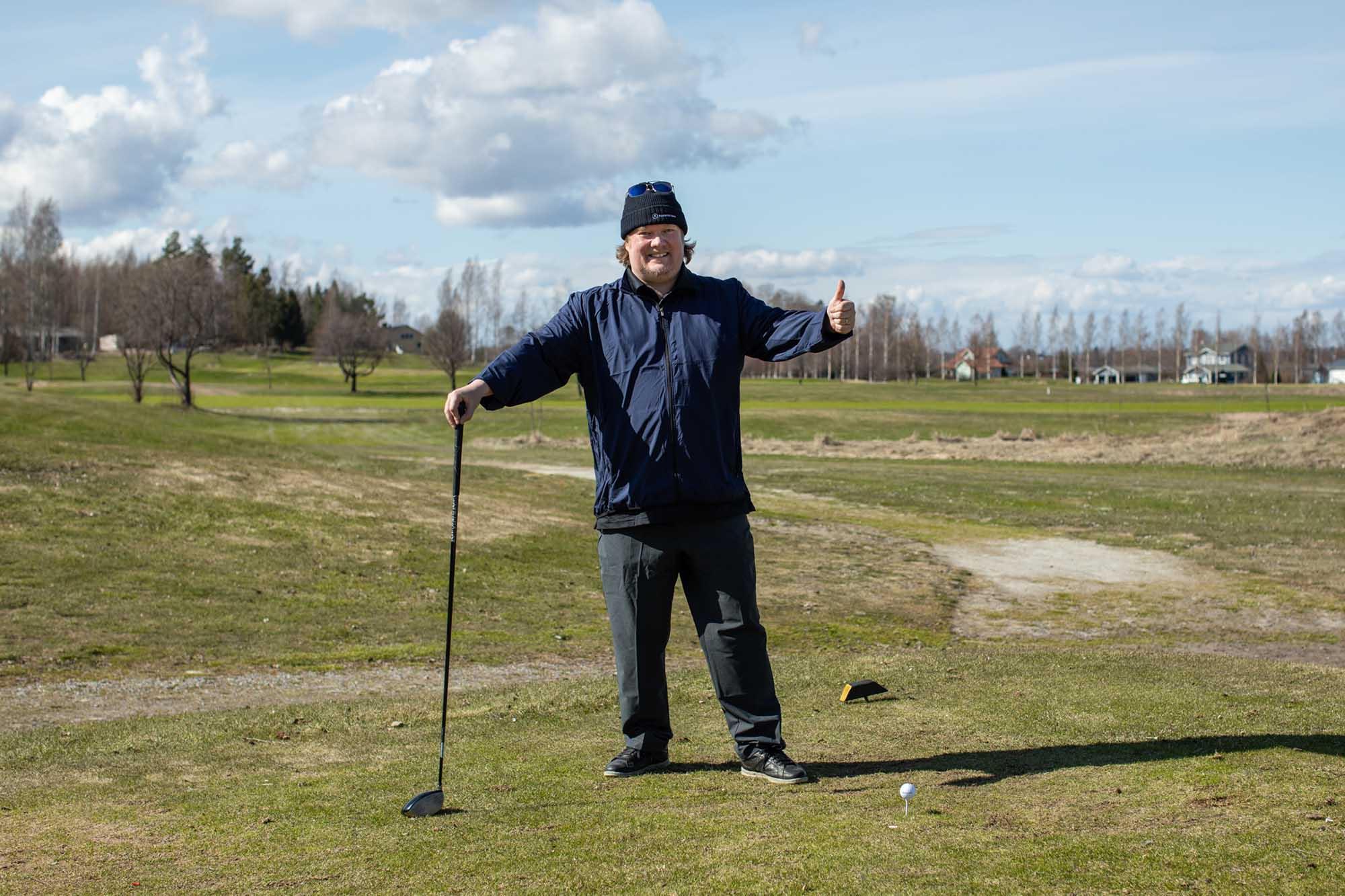 Raksystemsin johtava energia-asiantuntija Antti Hatsala golfkentällä.